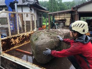 重量のある庭石もユニックを使用して撤去していきます。