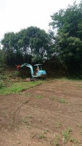 伐採した竹は重機(バックホー)を使って集材