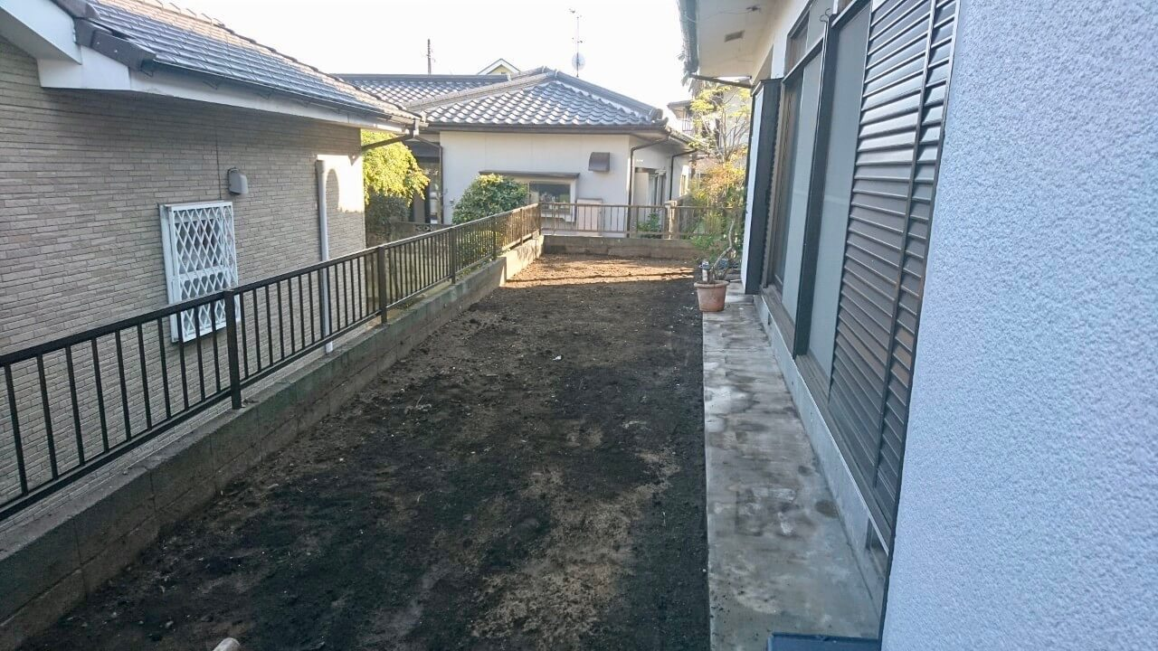 (整地後)余分だった土を鋤取り、平らにならします。