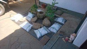 手が入らず鬱蒼としていた坪庭も灯篭や水鉢を据え直して、砕石を搬入。