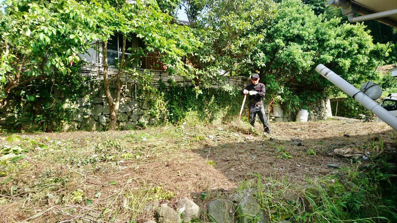 伐採、除草作業を終えて、枝葉や草の搬出を行う田嶋