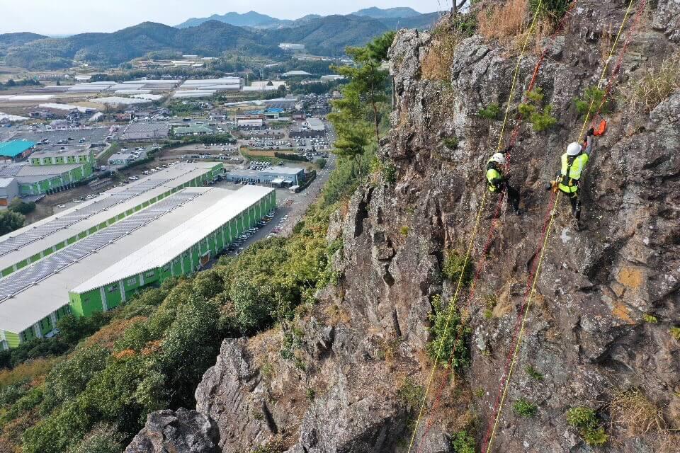 最下部まで下降し、登り返しを行う新入社員の藤本と杉山。